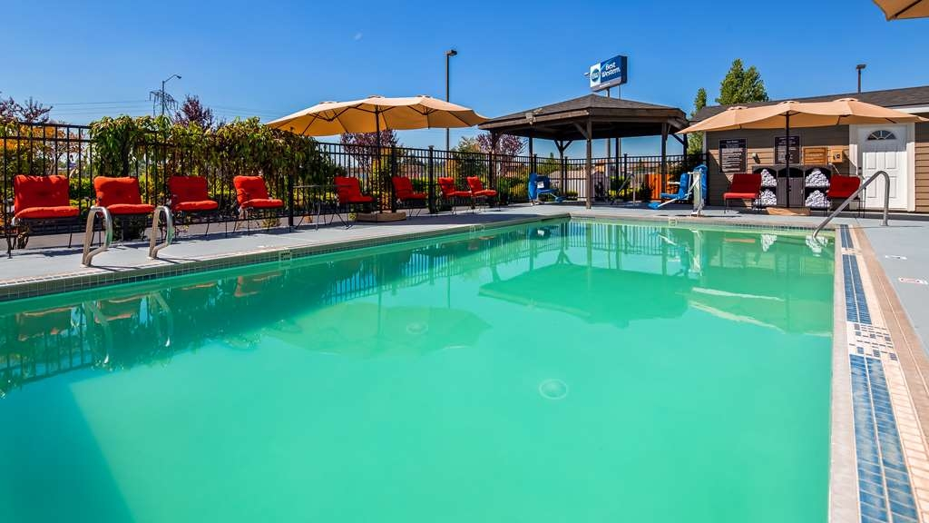 Best Western Woodburn - Our seasonal outdoor pool is the perfect place to swim some early morning laps or enjoy an afternoon dip.