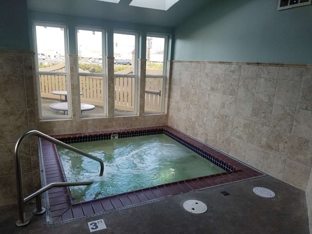 Best Western Plus Rivershore Hotel - Nothing beats the hot tub after a long day of work or travel.