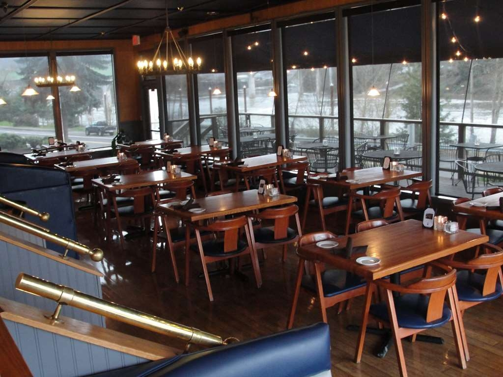 Best Western Plus Rivershore Hotel - The Rivershore Bar & Grill is located on-site.