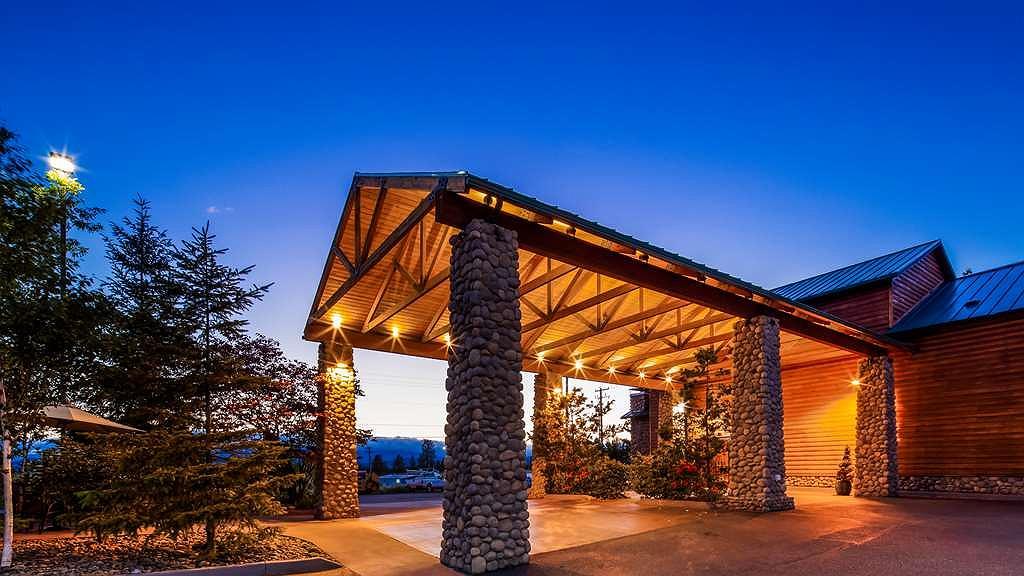 Best Western Plus Hartford Lodge - Exterior Sunset