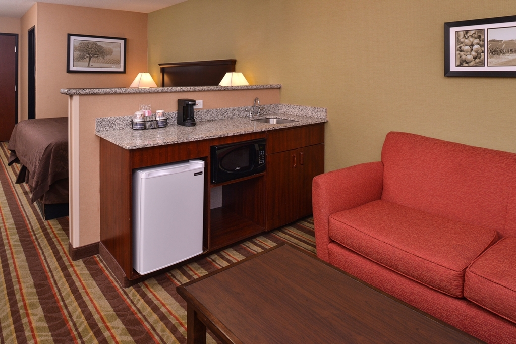 Best Western Wilsonville Inn & Suites - Book a stay in our king mini suite with wet bar today!