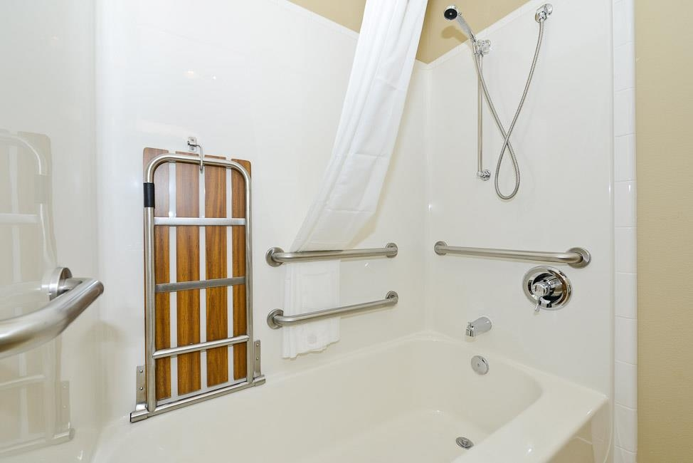 Best Western Plus Prairie Inn - Badezimmer im Gästezimmer mit Mobilitätshilfen