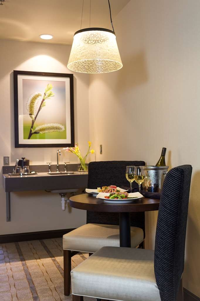 Best Western Premier Boulder Falls Inn - Our suites feature a bar sink and a small dining area where you can enjoy room service from 1847, our award-winning on-site restaurant and bar.
