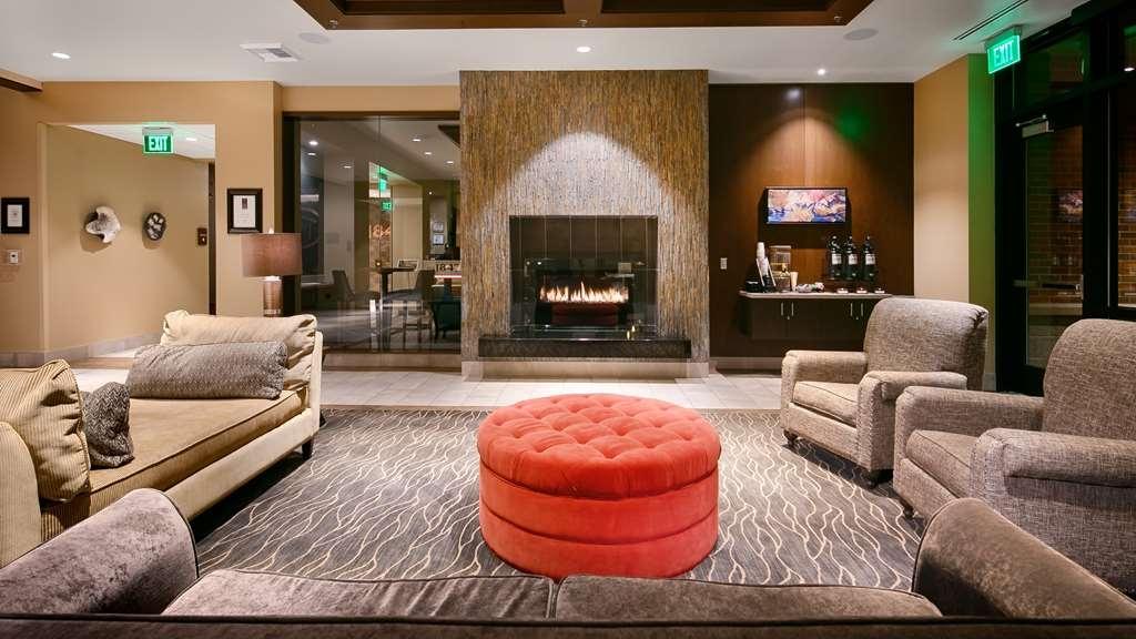 Best Western Premier Boulder Falls Inn - Vista del vestíbulo