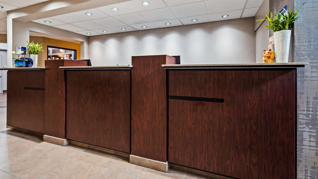 Best Western Plus Portland Airport Hotel & Suites - Front Desk