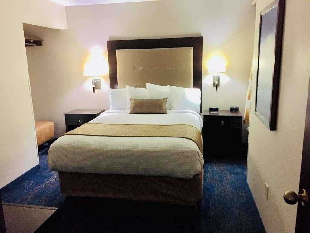 Best Western Plus Portland Airport Hotel & Suites - Suite Queen - Separate Bedroom