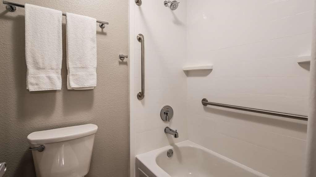 Best Western McMinnville Inn - Guest Bathroom