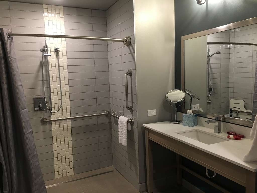 Best Western Premier Peppertree Inn at Bend - Mobility Accessible Guest Bathroom