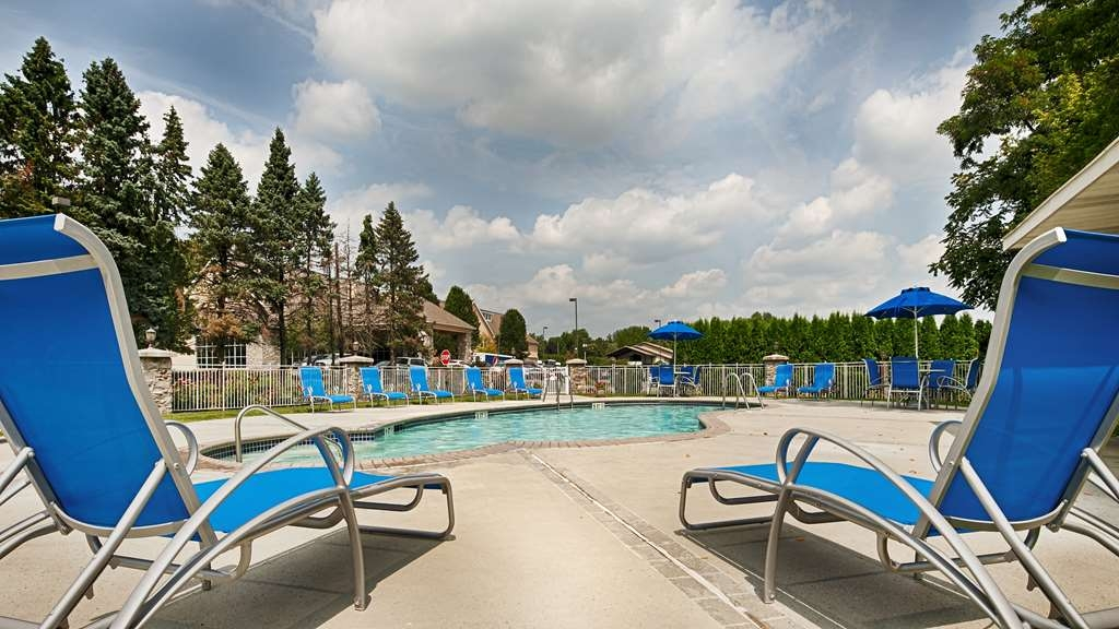Best Western Plus Revere Inn & Suites - Whether you want to relax poolside or take a dip, our outdoor pool area is the perfect to unwind.