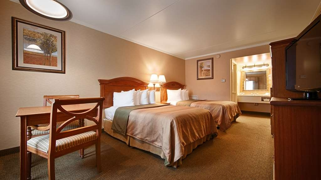 Best Western Plus Revere Inn & Suites - Sleep the night away in our two double bed guest room in the annex building.