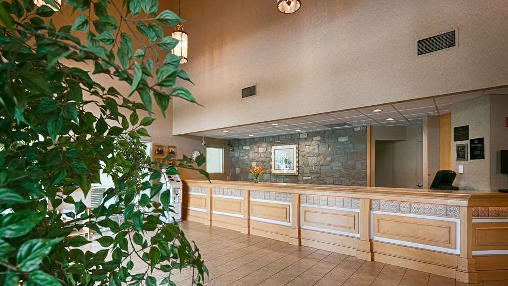 Best Western Plus Revere Inn & Suites - Our extraordinary front desk staff will take care of your every need.