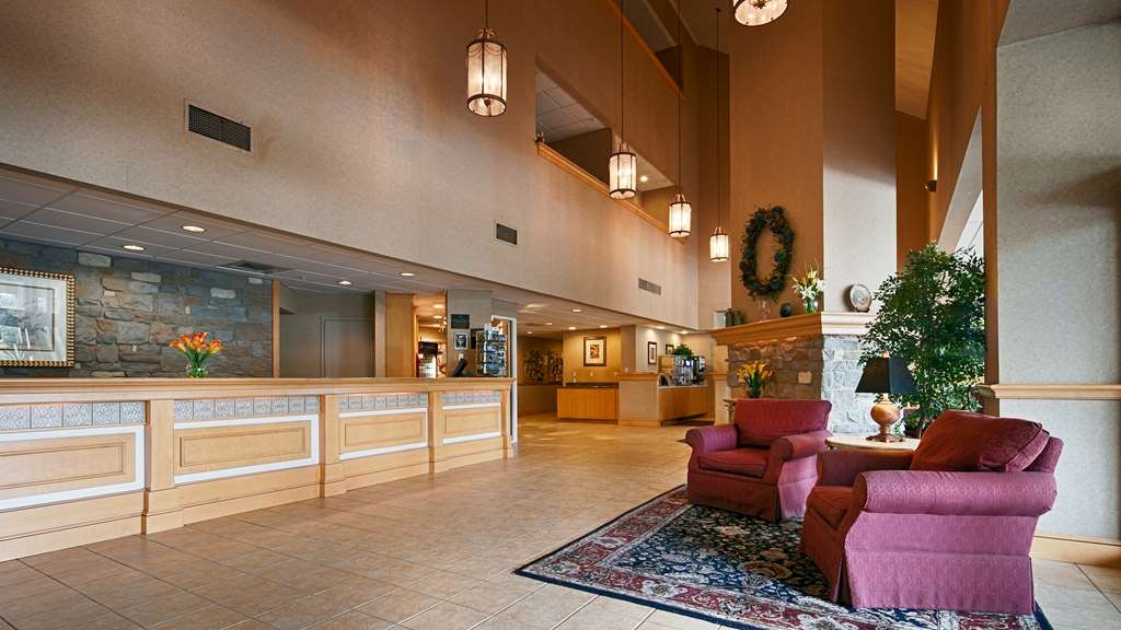 Best Western Plus Revere Inn & Suites - Our lobby area offers a peaceful place to read a book or socialize with colleagues and friends.
