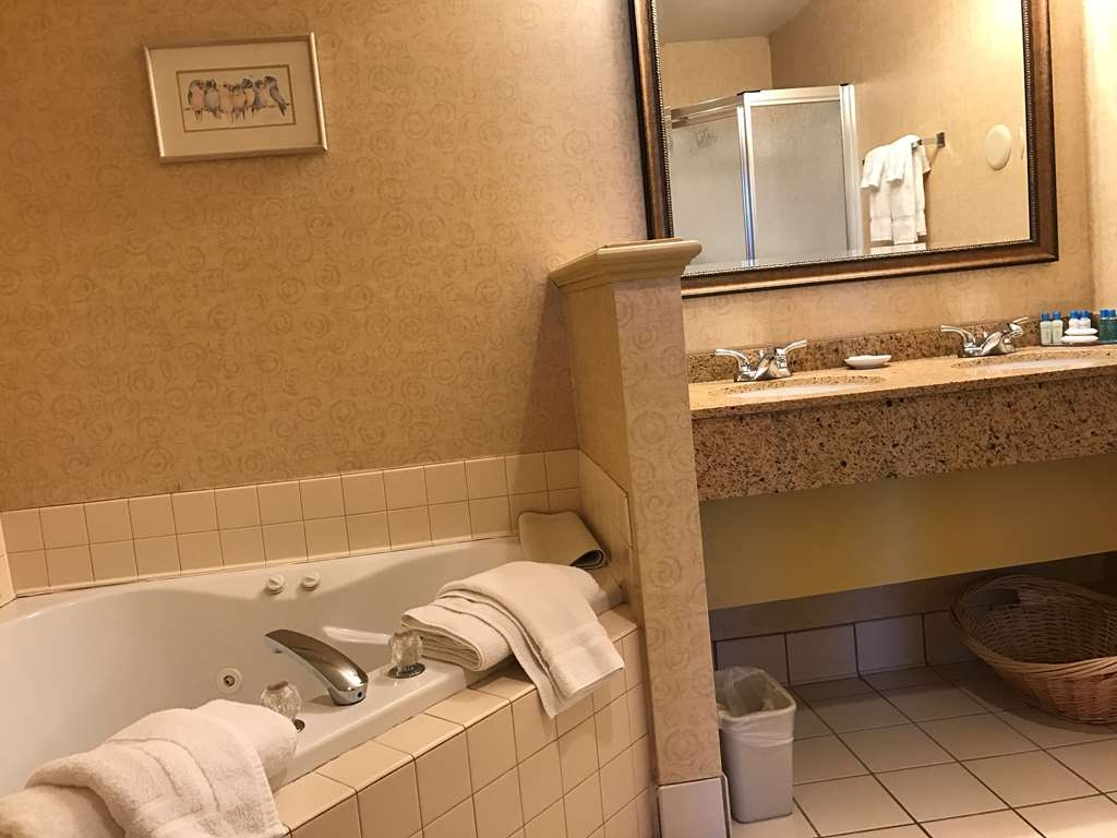 Best Western Plus Revere Inn & Suites - This 1 bed room Suite is located in the main building and features a refrigerator and microwave, living room, fireplace, king bed, whirlpool bath.