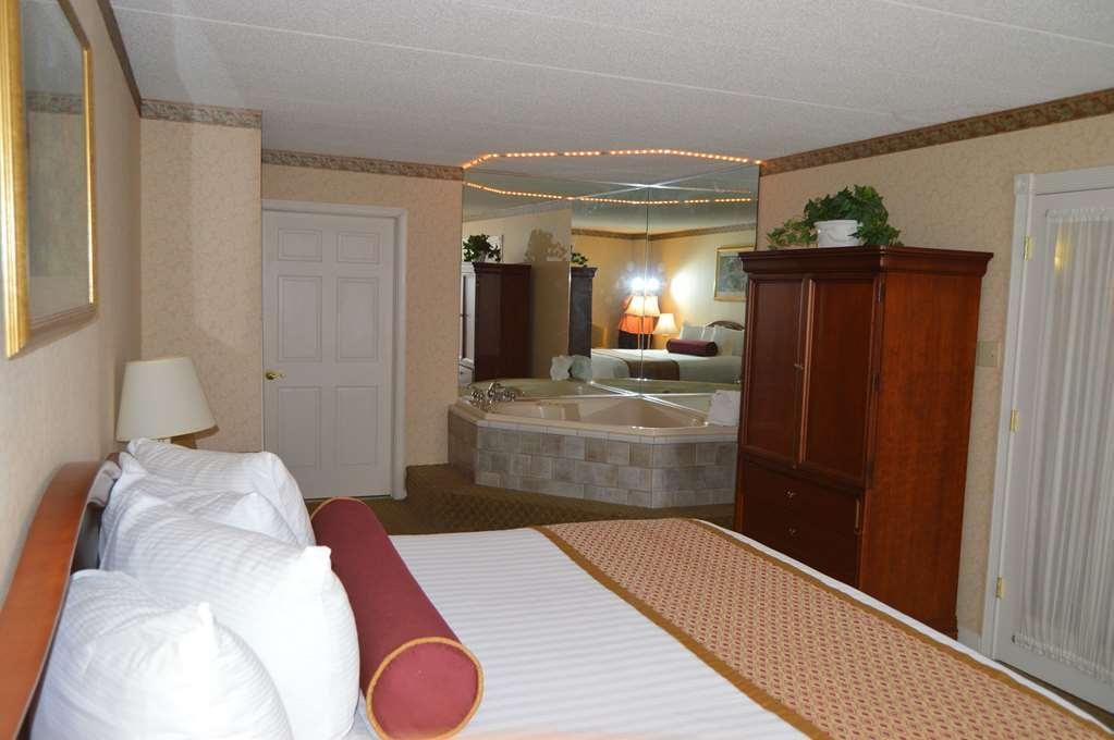Best Western Plus Genetti Hotel & Conference Center - Relax in the Celebrity Suites hot tub.