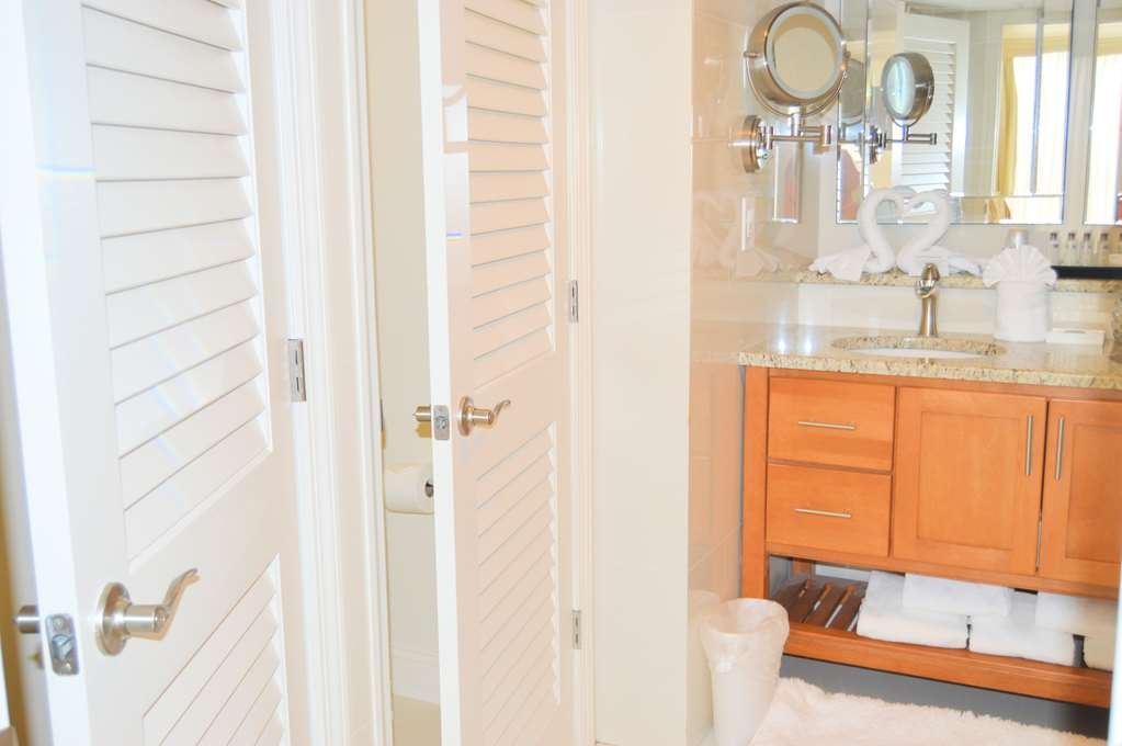 Best Western Plus Genetti Hotel & Conference Center - You don't have to wait: His and Her Bathroom stalls are waiting in the Suite for you.