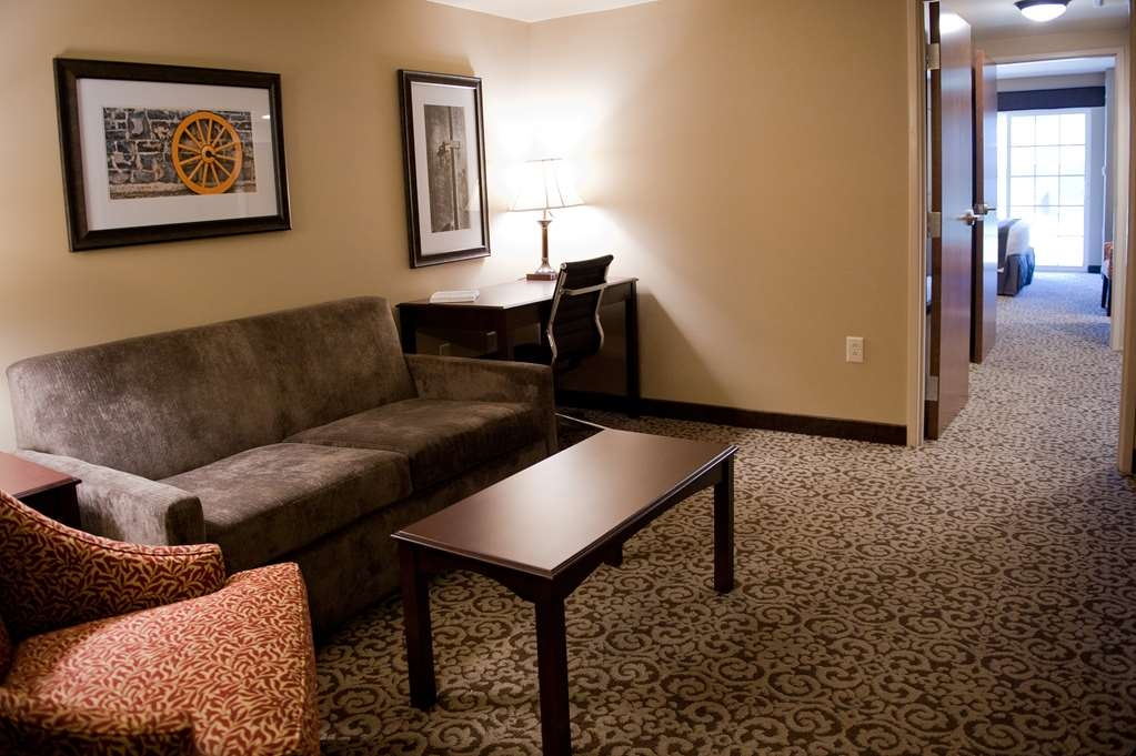 Best Western Plus Intercourse Village Inn & Suites - Our two room suites are perfect for families who are on different schedules.