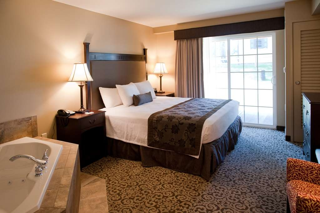 Best Western Plus Intercourse Village Inn & Suites - Our two room king suite with whirlpool is perfect for newlyweds or small families.