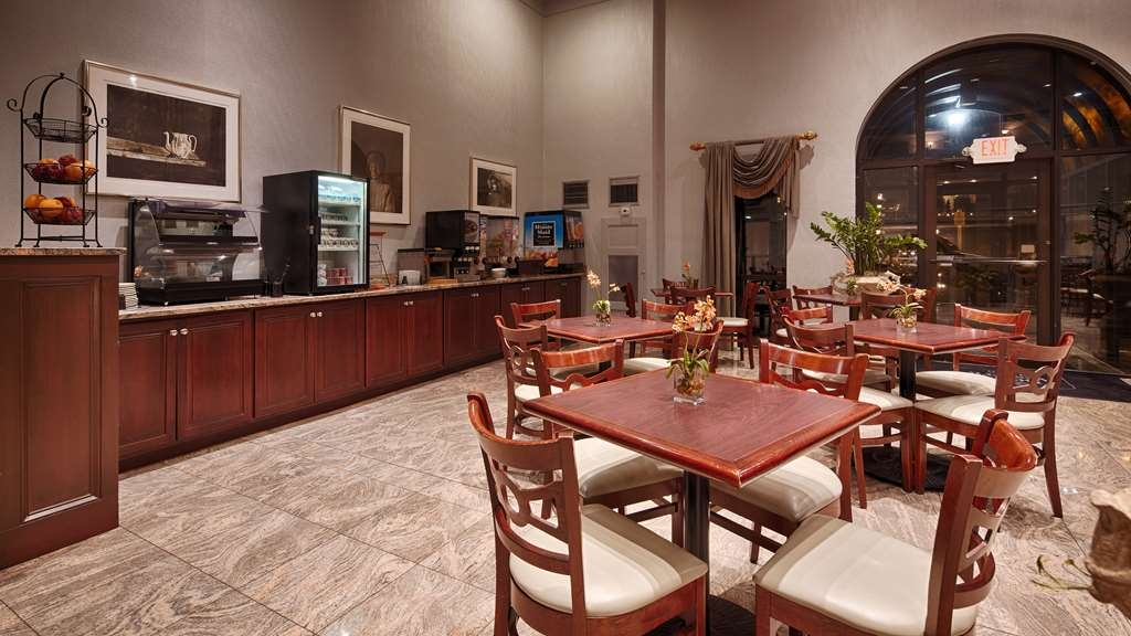 Best Western Plus Concordville Hotel - Enjoy your complimentary breakfast in our spacious breakfast area.