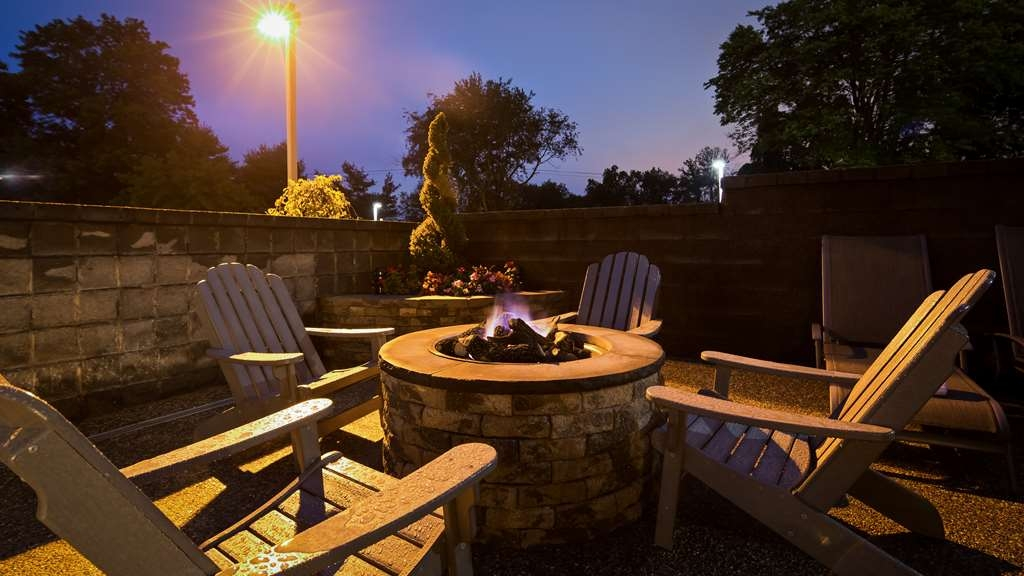 Best Western Plus Concordville Hotel - Spend the night sitting by our fire pit enjoying a beverage from our sundry shop.