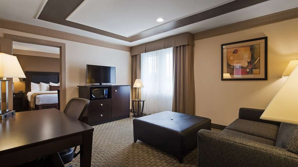 Best Western Plus Concordville Hotel - Jr. King Suite living room.