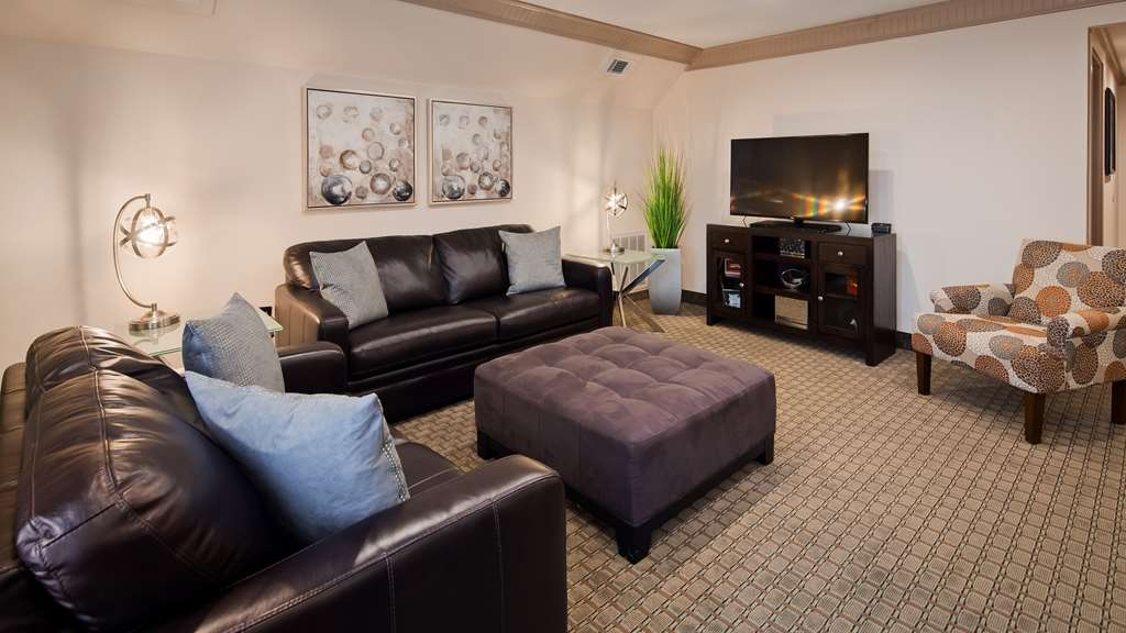 Best Western Plus Concordville Hotel - Presidential King Suite living room.
