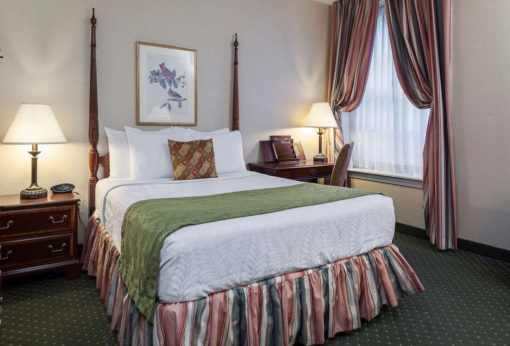 Best Western Plus Independence Park Hotel - Queen Bed Room Overlooking Glass Enclosed Atrium