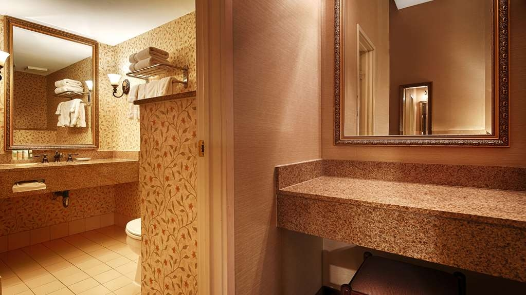Best Western Plus Independence Park Hotel - Guest Bathroom of King facing Chestnut Street