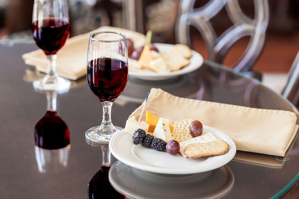 Best Western Plus Independence Park Hotel - Enjoy our complimentary Wine and Cheese Reception every Wednesday evening hosted in the grand lobby.