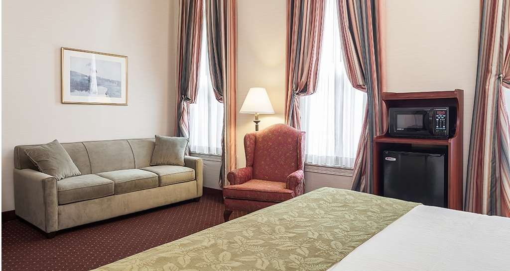 Best Western Plus Independence Park Hotel - King Parlor facing Chestnut Street, Look at the 3 huge windows!