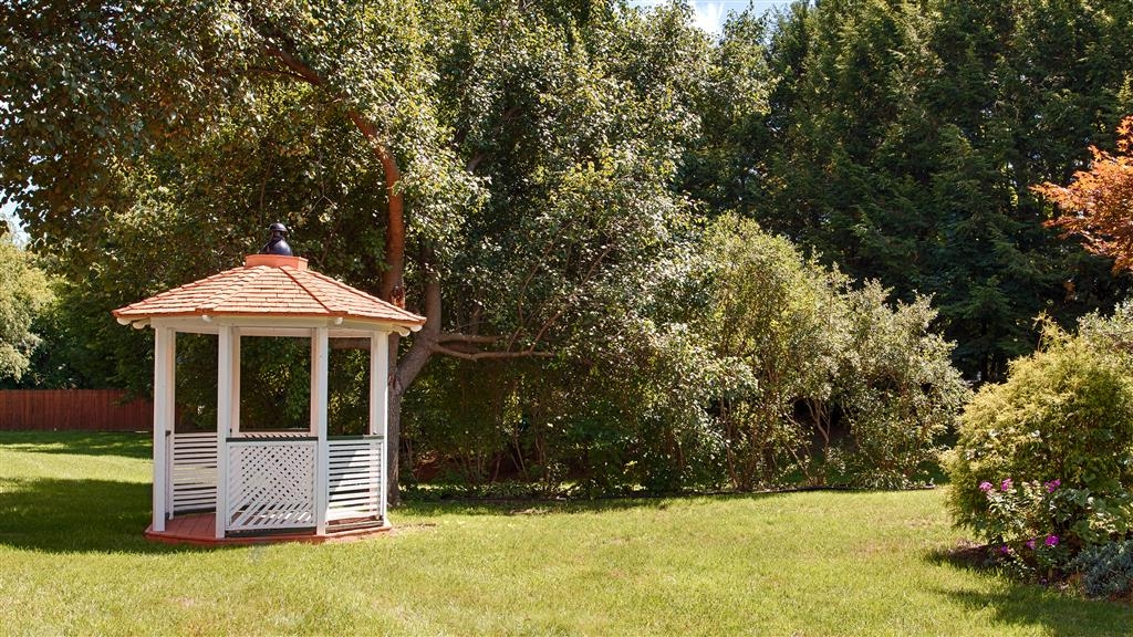 Best Western Grand Victorian Inn - Enjoy the sunshine from this quaint, on-site gazebo.
