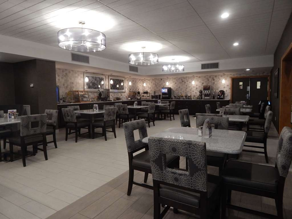 Best Western Plus Bradford Inn - Choose from a wide selection of seating to enjoy your morning meal.