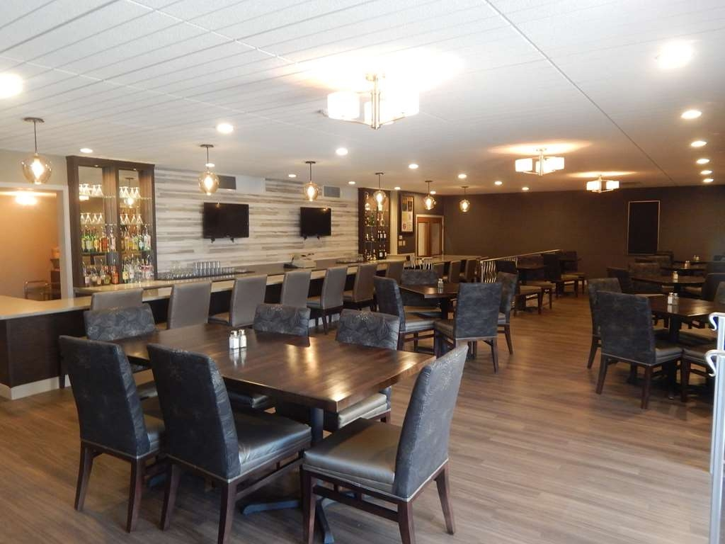 Best Western Plus Bradford Inn - Visit our lounge for dinner and drinks.