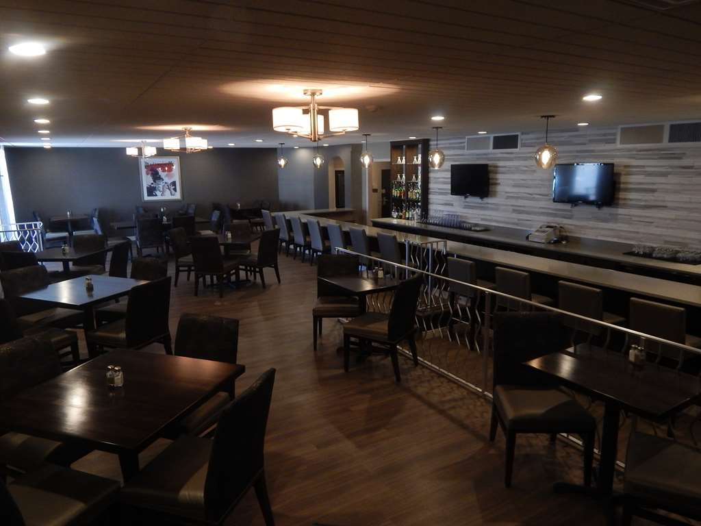 Best Western Plus Bradford Inn - Our lounge is located on premises and opens at 4 p.m. daily.