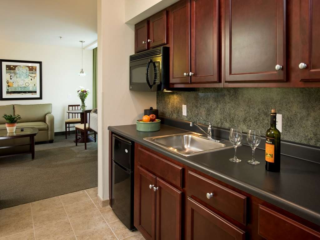 Best Western Plus Philadelphia Airport South at Widener University - Suite