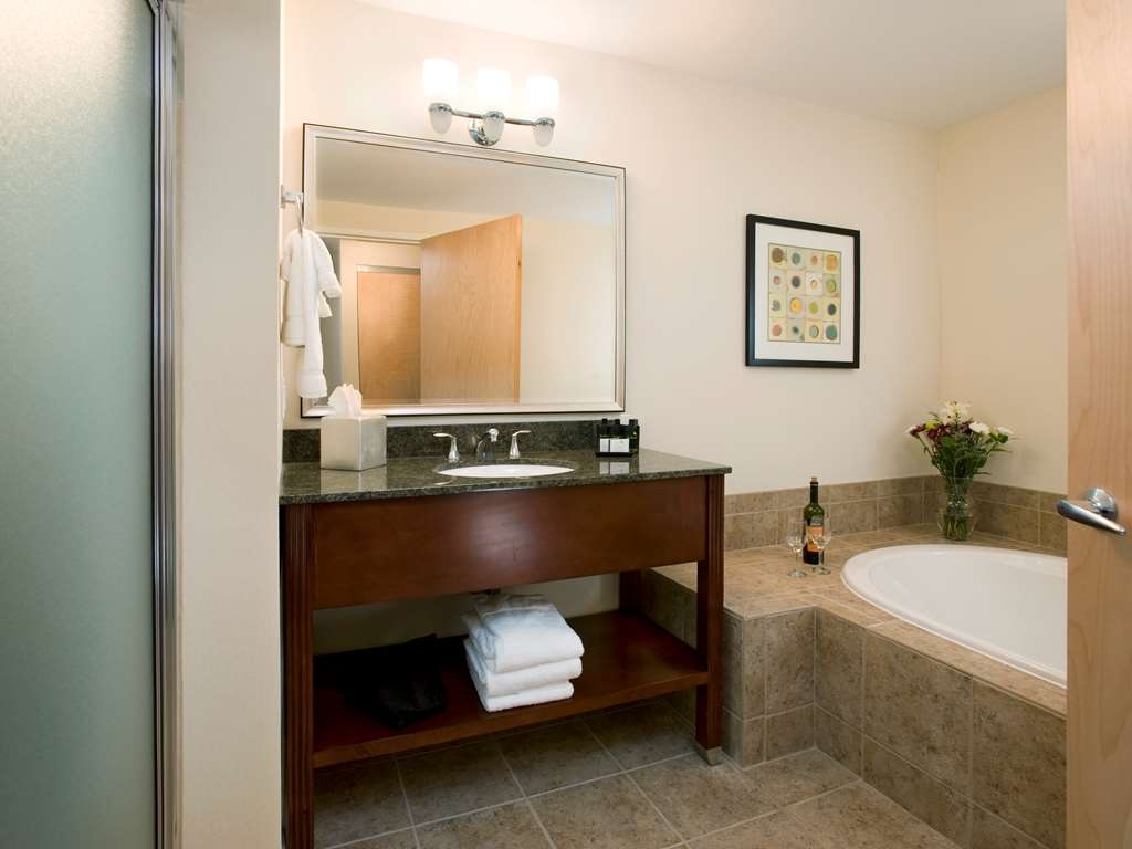 Best Western Plus Philadelphia Airport South at Widener University - whirlpool