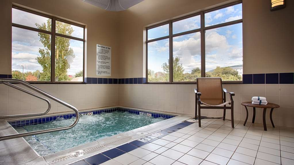 Best Western Plus University Park Inn & Suites - Vista de la piscina