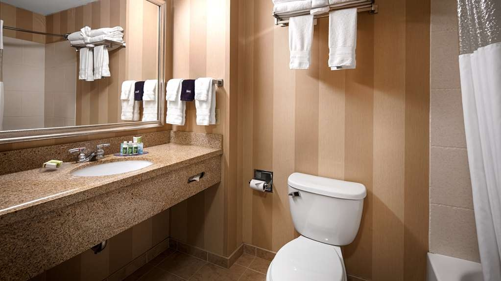 Best Western Plus University Park Inn & Suites - Baño