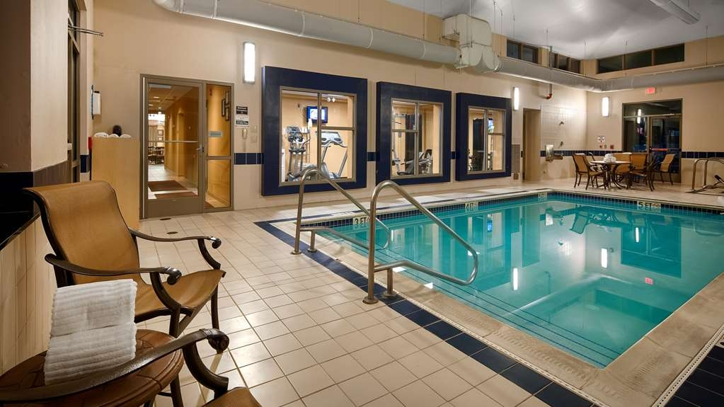 Best Western Plus University Park Inn & Suites - piscina cubierta