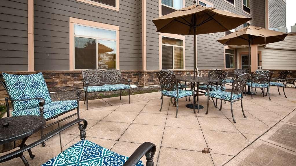 Best Western Plus University Park Inn & Suites - Enjoy the outdoors on our patio.