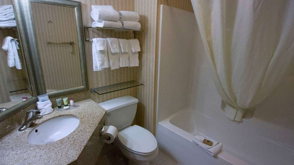 Best Western Harrisburg Hershey Hotel - King Sofa Suite Bathroom