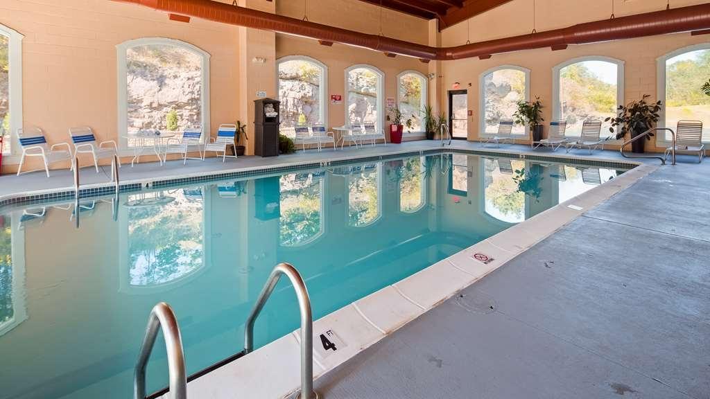 Best Western Plus Poconos Hotel - Vista de la piscina