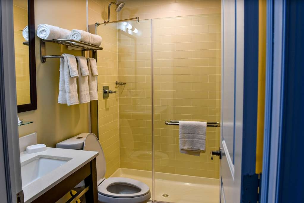 Best Western Plus Philadelphia Convention Center Hotel - Guest Bathroom