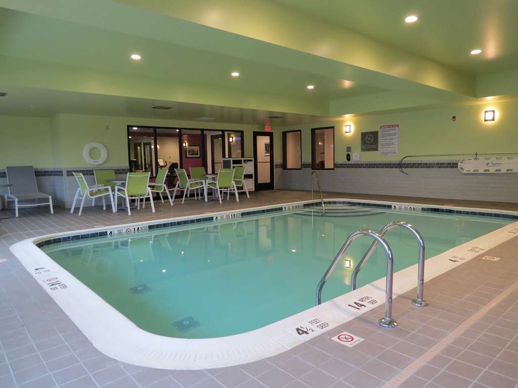 Best Western Plus Erie Inn & Suites - Vista de la piscina
