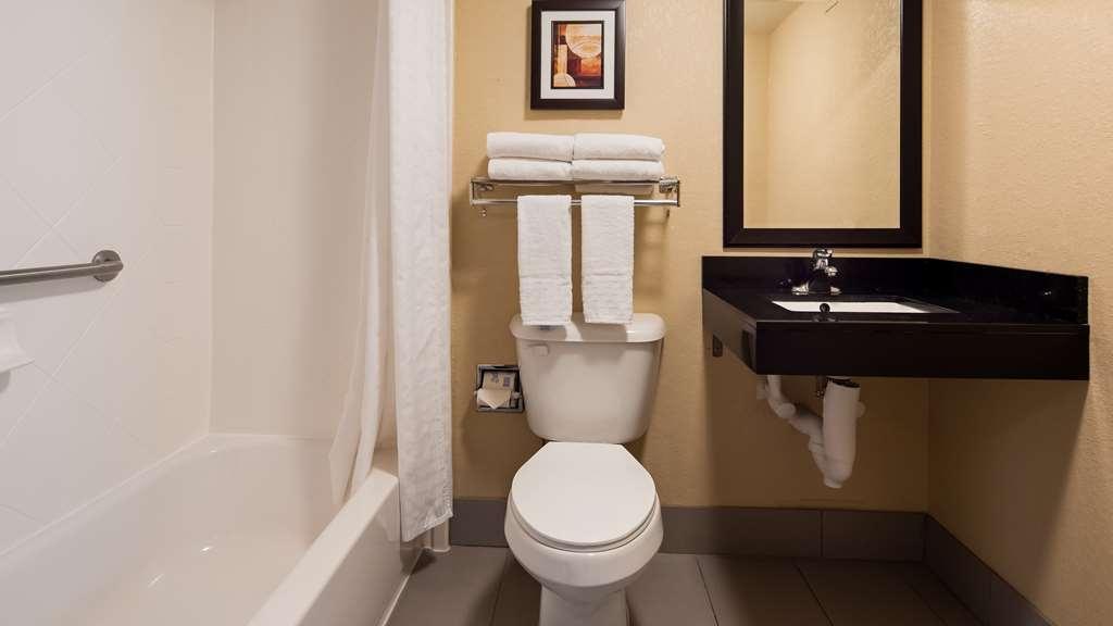 Best Western Harrisburg North - Guest Bathroom