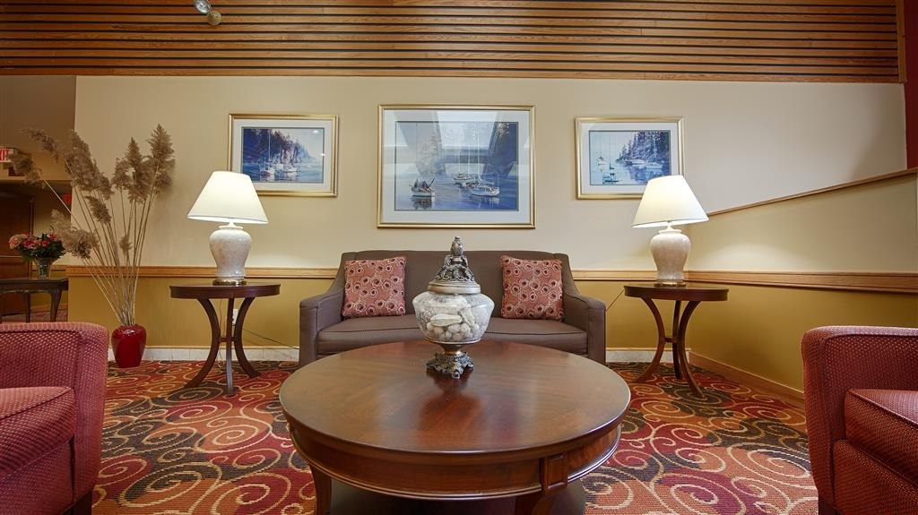 Best Western West Greenwich Inn - If you need a place to socialize come down to join other guests in our hotel lobby.