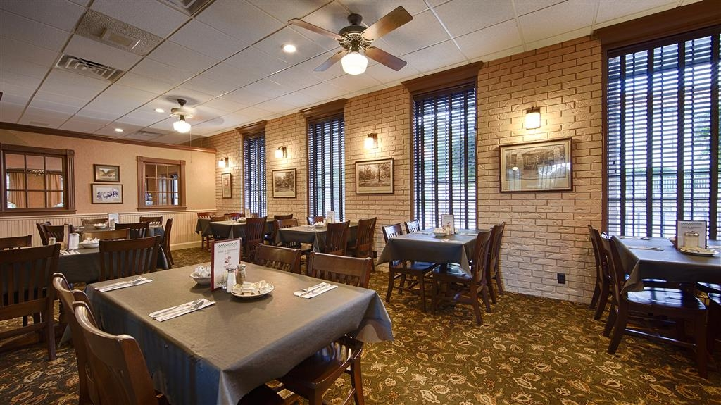 Best Western Inn of the Ozarks - Das Myrtie Mae Restaurant ist ein toller Ort für eine Mahlzeit. Dort werden Frühstück, Mittagessen und Abendessen serviert.