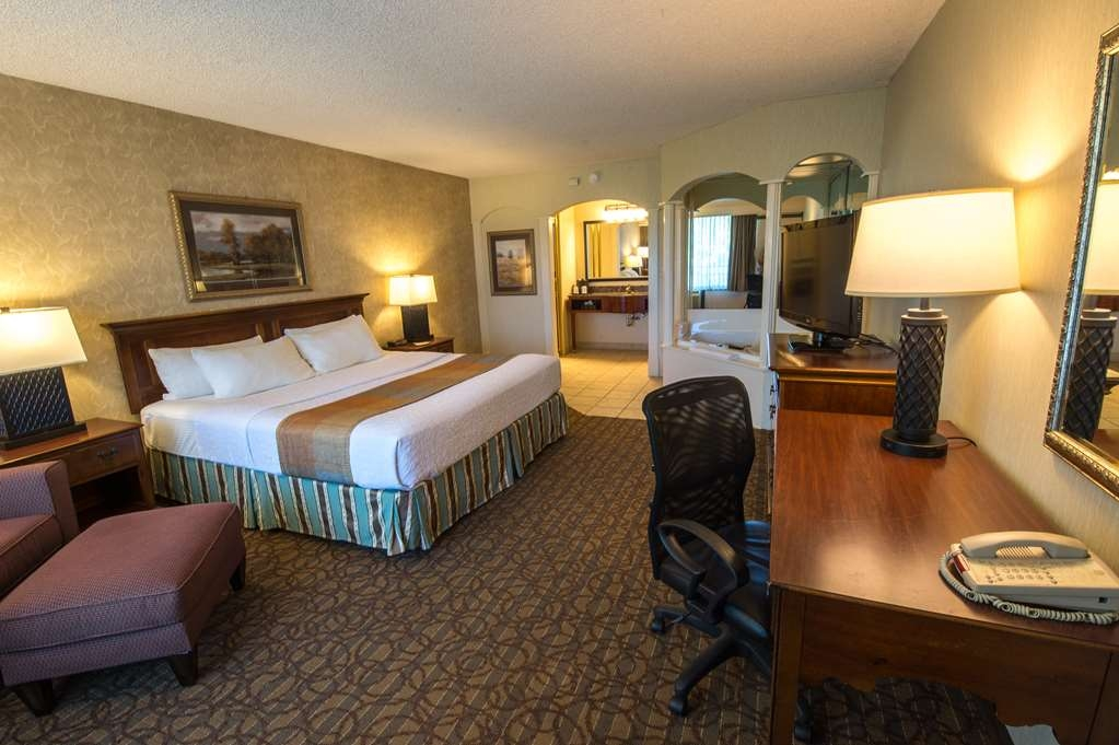 Best Western Inn of the Ozarks - Unser geräumiges Kingsize-Zimmer mit Whirlpool verfügt über einen Wannen-Whirlpool für zwei Personen.