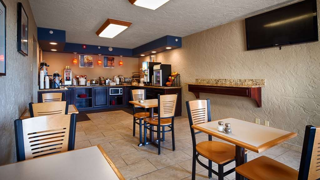 Best Western Hillside Inn - Our breakfast room offers dining for couples and smaller groups.