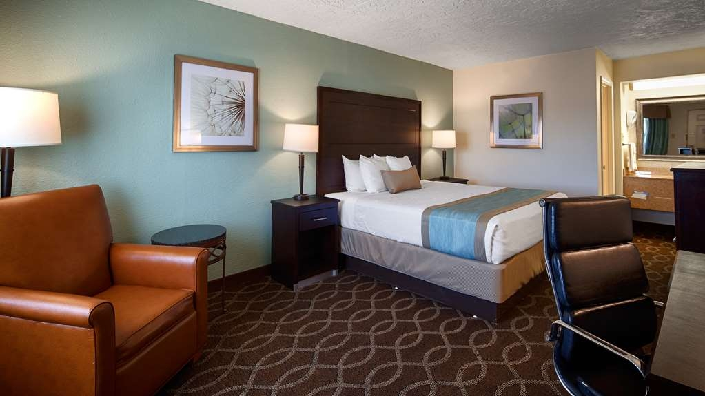 Best Western Hillside Inn - Our king rooms are spacious and strategically positioned for a quiet stay.