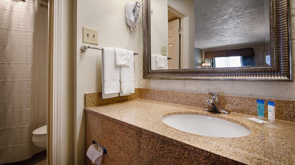 Best Western Hillside Inn - Enjoy getting ready for the day in our fully equipped guest bathrooms.